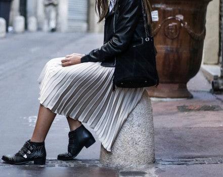 chân váy xếp ly kết hợp với áo da