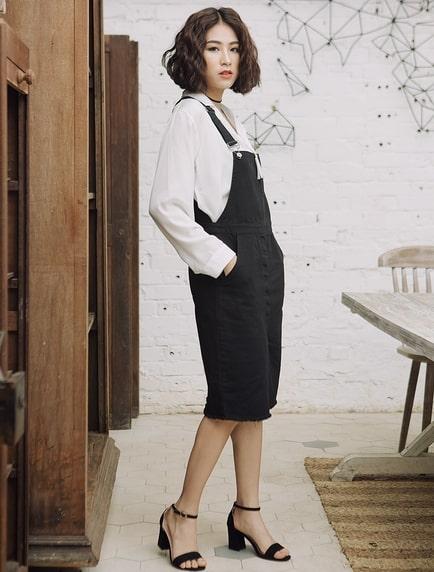 váy yếm đen kết hợp sơ mi trắng
